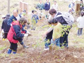 新宿区民の桐生川源流林での植林(群馬県)