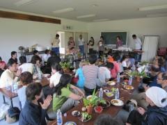 為朝集落集会所で農家の方々と交流昼食会