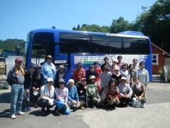 天ぷら油バスの前で、ザ・ピープル吉田さんと一緒に集合写真。