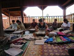 バナナ繊維の織物作業