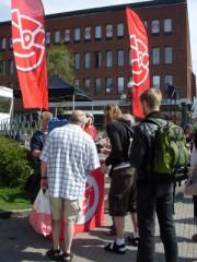 政治家が市民に「コーヒーいあかが?」コーヒータイムにしながら広場で政治の話