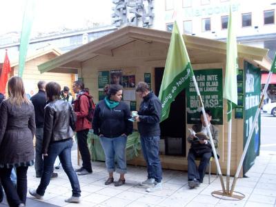 選挙前に町の広場にたつ「選挙小屋」。市民と政党の出会いの場、話し合いの場として使われています。
