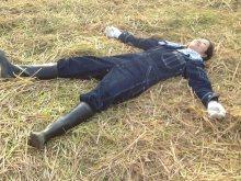 稲刈り後はふかふかの藁布団でしばし休憩。