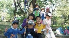 自然の中で遊ぶ子どもたち(サンデンフォレスト)